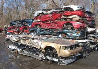 800px-Auto_scrapyard_1